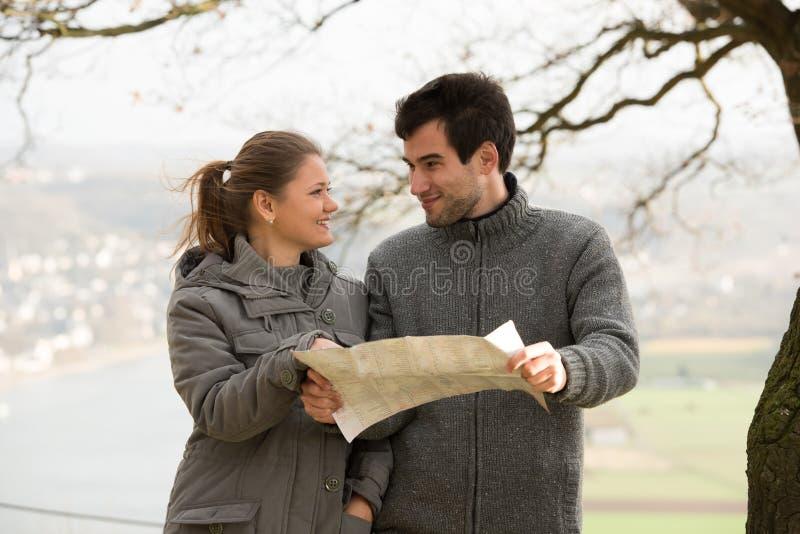 Giovani coppie con la mappa immagini stock