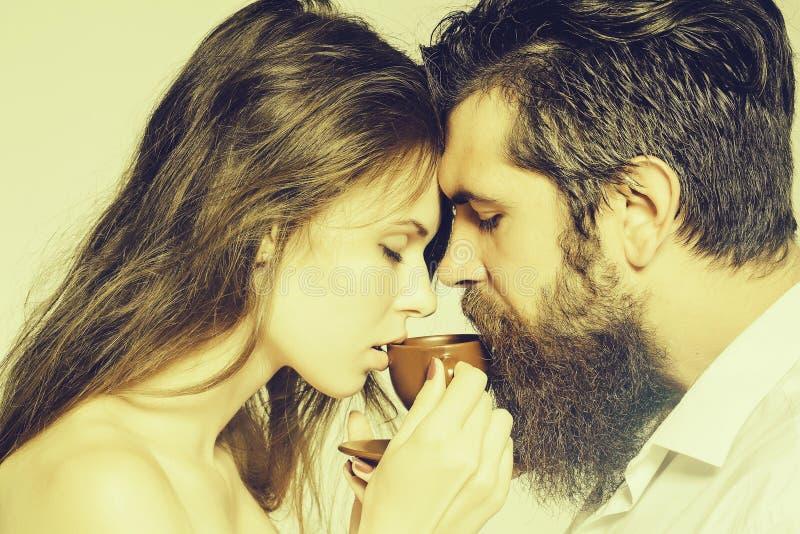 Giovani coppie con la tazza di caff? immagine stock
