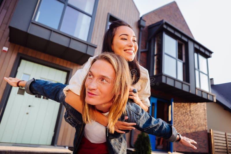 Giovani coppie contentissime che comprano una nuova casa immagine stock