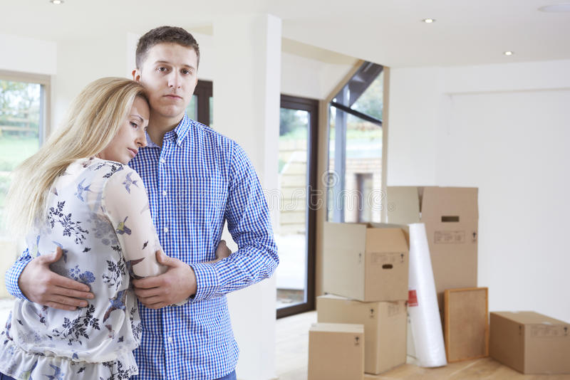 Giovani coppie costrette per muoversi a casa con i problemi finanziari fotografie stock
