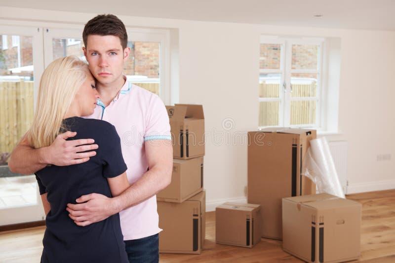 Giovani coppie costrette per muoversi a casa con i problemi finanziari fotografia stock