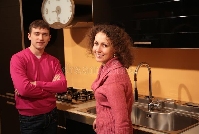 Giovani coppie in cucina immagine stock libera da diritti