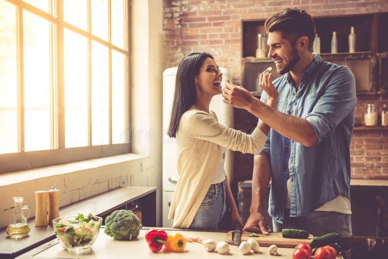 Giovani coppie in cucina fotografie stock libere da diritti