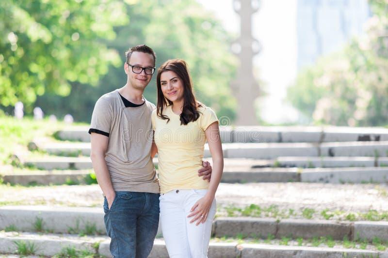Giovani coppie degli amici nel parco fotografie stock