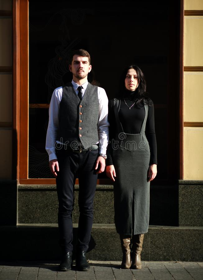 Giovani coppie degli attori in abbigliamento classico di stile fotografia stock libera da diritti