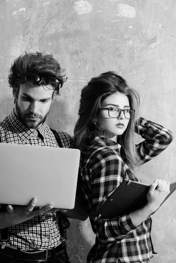 Giovani coppie del nerd degli studenti in vetri del geek fotografia stock
