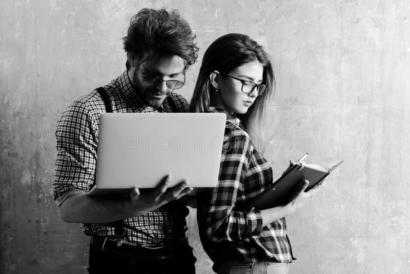 Giovani coppie del nerd degli studenti in vetri del geek immagini stock