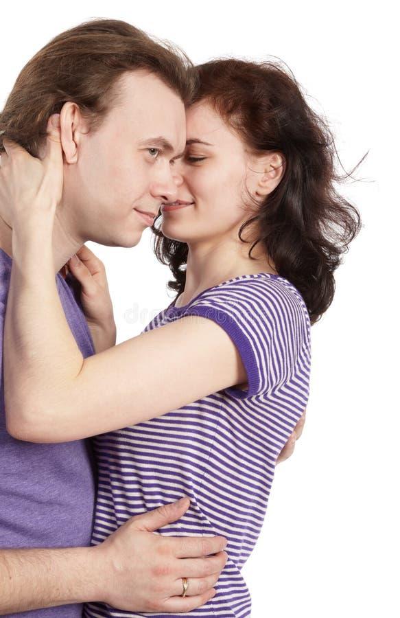 Giovani coppie del primo piano nell'abbraccio viola delle magliette. immagini stock libere da diritti