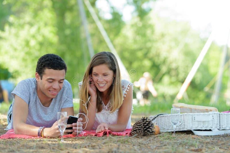 Giovani coppie del ritratto durante il picnic romantico in campagna fotografia stock