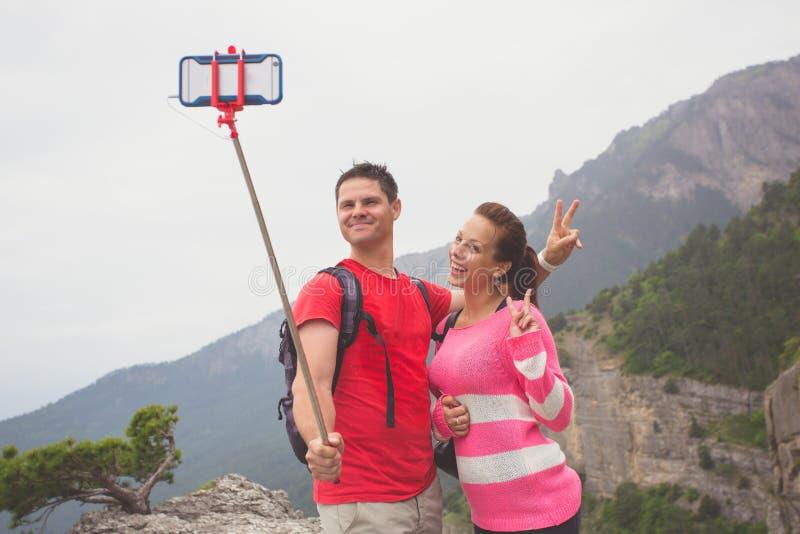 Giovani coppie del viaggiatore che prendono un'immagine del selfie fotografia stock