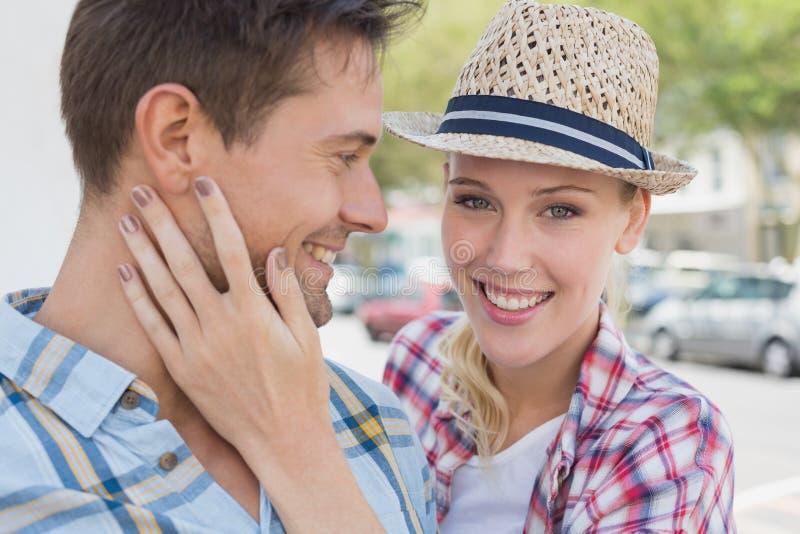 Giovani coppie dell'anca che sorridono con la donna che sorride alla macchina fotografica fotografie stock