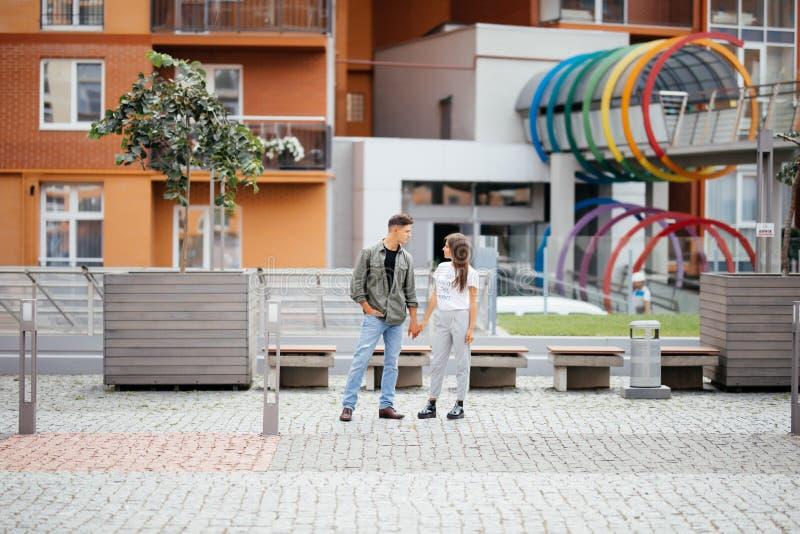 Giovani coppie di datazione nell'amore che cammina nella città Gente di affari o colleghi di ufficio che flirtano dopo il lavoro  fotografia stock libera da diritti