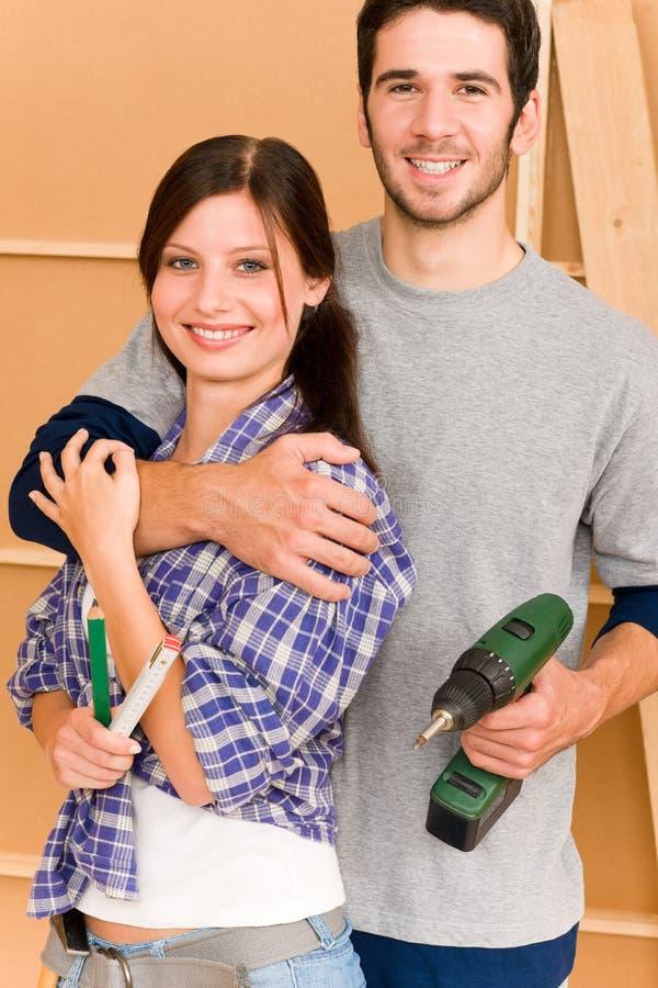 Giovani coppie di miglioramento domestico con gli strumenti di riparazione immagini stock libere da diritti