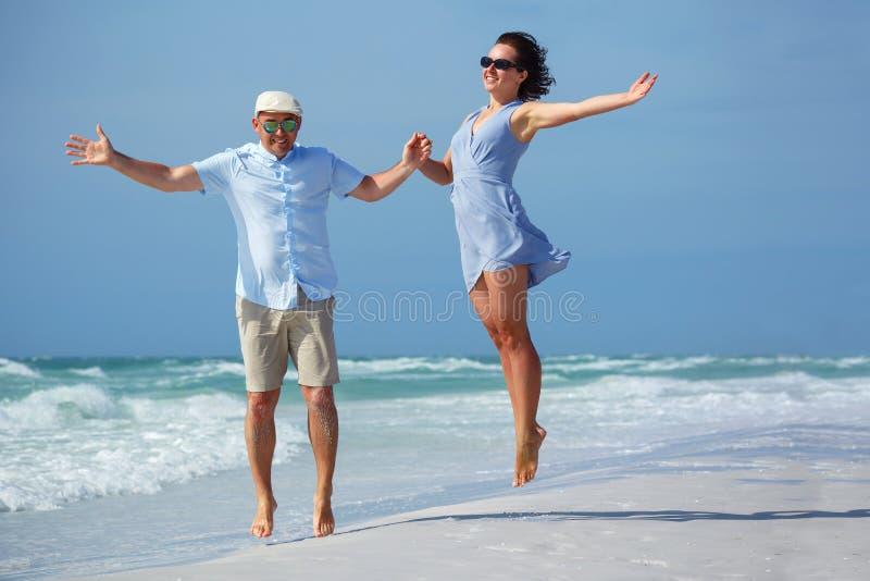 Giovani coppie divertendosi alla spiaggia tropicale, siesta immagini stock libere da diritti