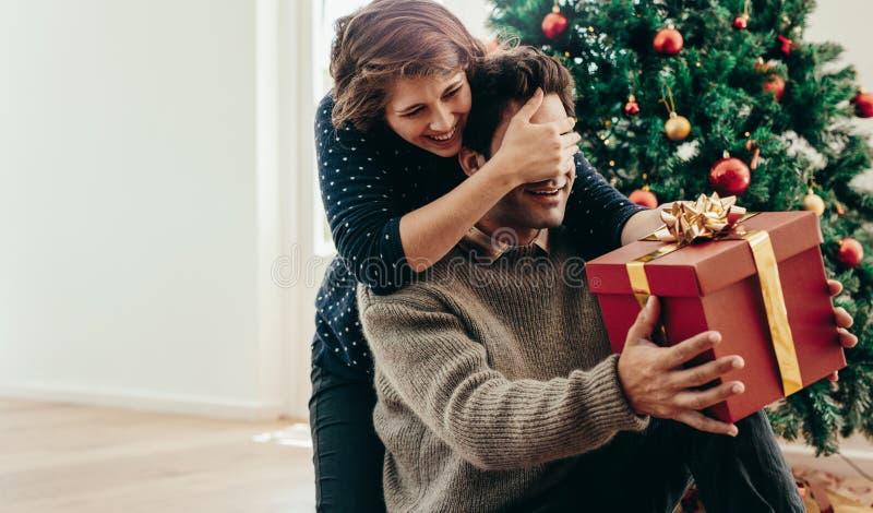 Giovani coppie divertendosi celebrando il Natale con i regali fotografia stock