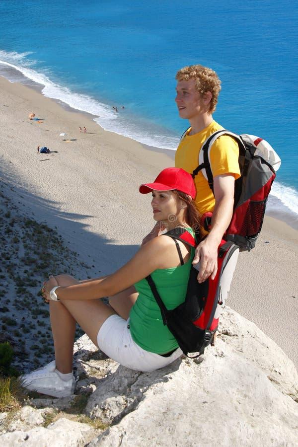 Giovani coppie durante il giro della spiaggia fotografie stock libere da diritti