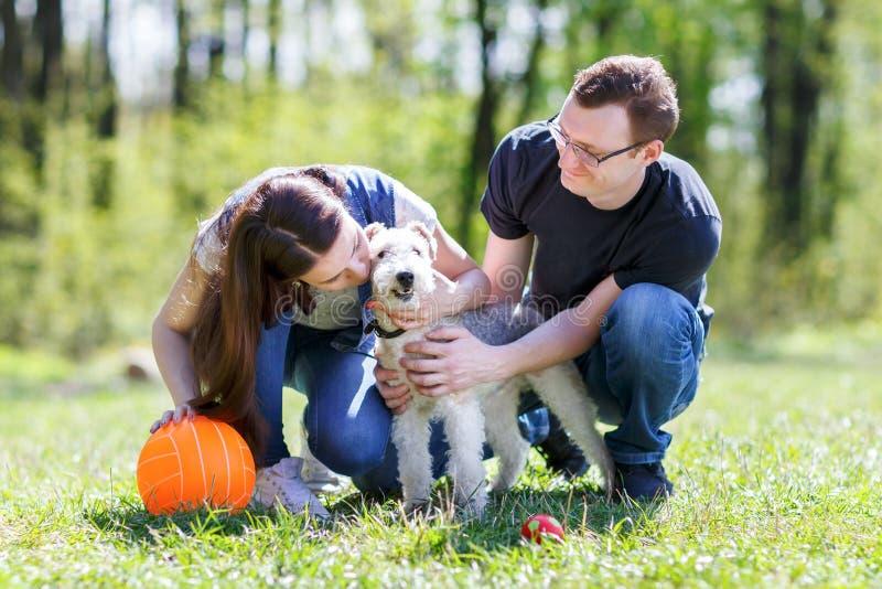 Giovani coppie e cane felici fotografia stock libera da diritti
