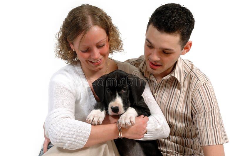 Giovani coppie e cucciolo fotografie stock