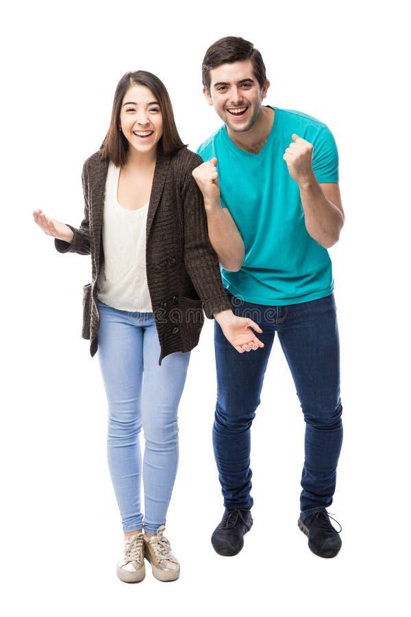 Giovani coppie emozionanti che celebrano fotografia stock libera da diritti
