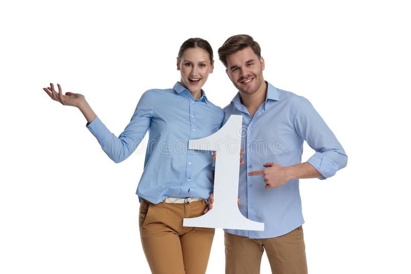 Giovani coppie emozionanti che danno il benvenuto per essere numero uno immagine stock