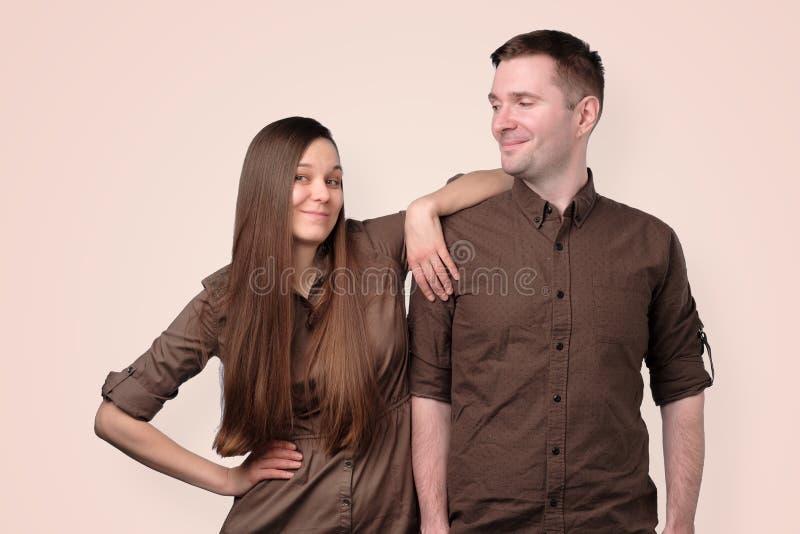 Giovani coppie europee allegre in vestiti marroni immagini stock
