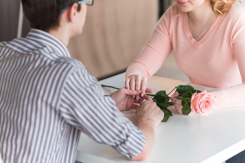 Giovani coppie felici ad una data romantica immagine stock