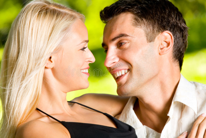 Giovani coppie felici, all'aperto fotografie stock