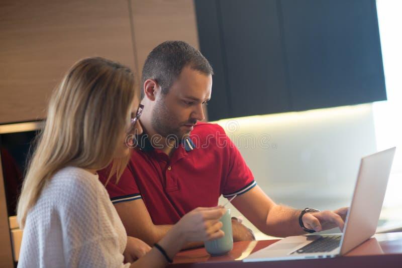 Giovani coppie felici che comprano online fotografie stock