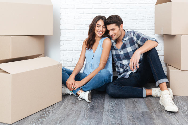 Giovani coppie felici che entrano nella loro nuova casa immagine stock