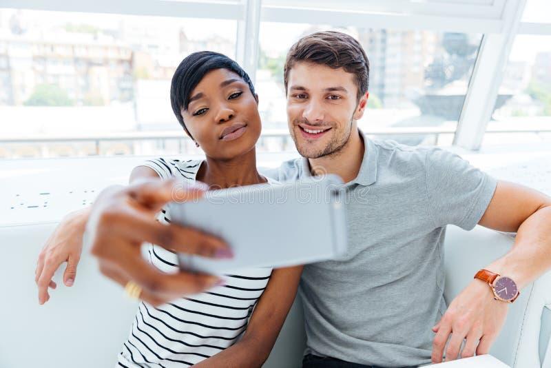 Giovani coppie felici che fanno la foto del selfie immagine stock libera da diritti