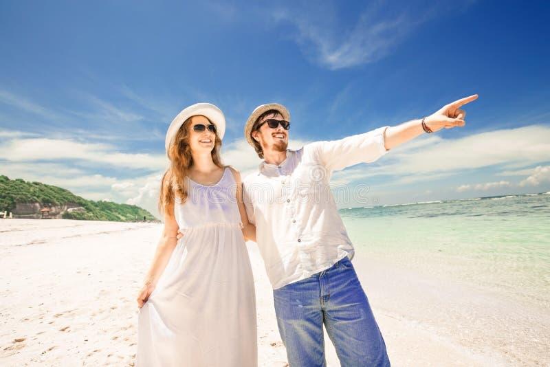 Giovani coppie felici che godono del tempo della spiaggia su estate immagine stock
