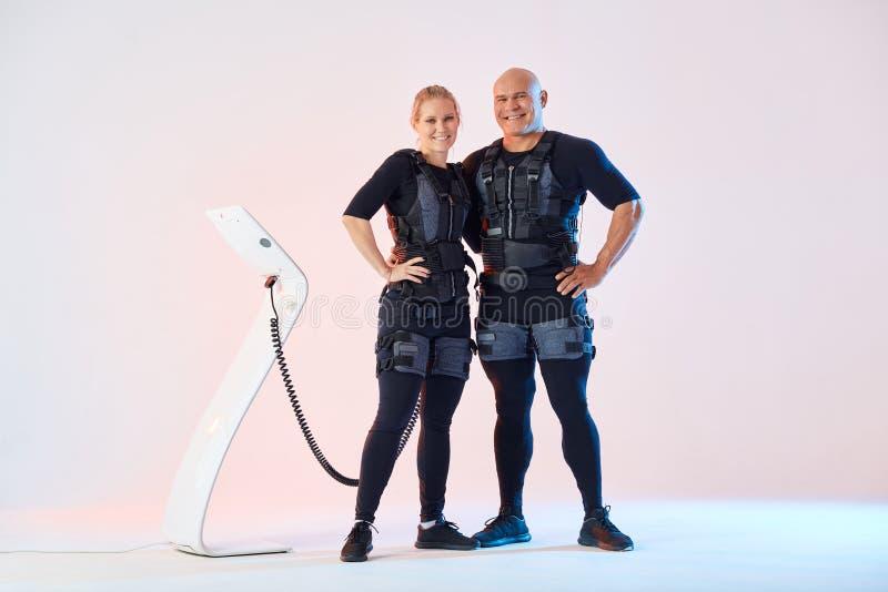 Giovani coppie felici che godono della formazione con i vestiti di SME fotografie stock