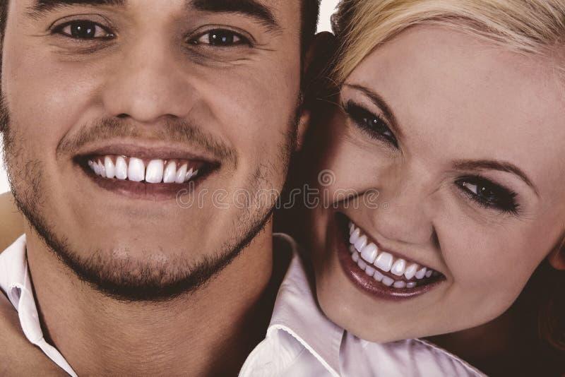 Giovani coppie felici che ottengono divertimento fotografia stock libera da diritti