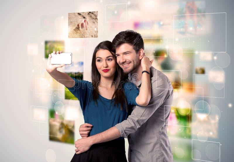 Giovani coppie felici che prendono le immagini del selfie fotografie stock