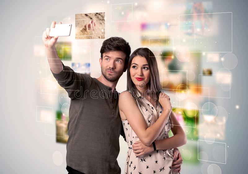 Giovani coppie felici che prendono le immagini del selfie immagine stock libera da diritti