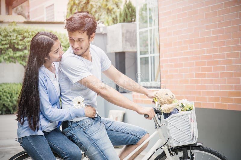 Giovani coppie felici con la bici immagini stock libere da diritti
