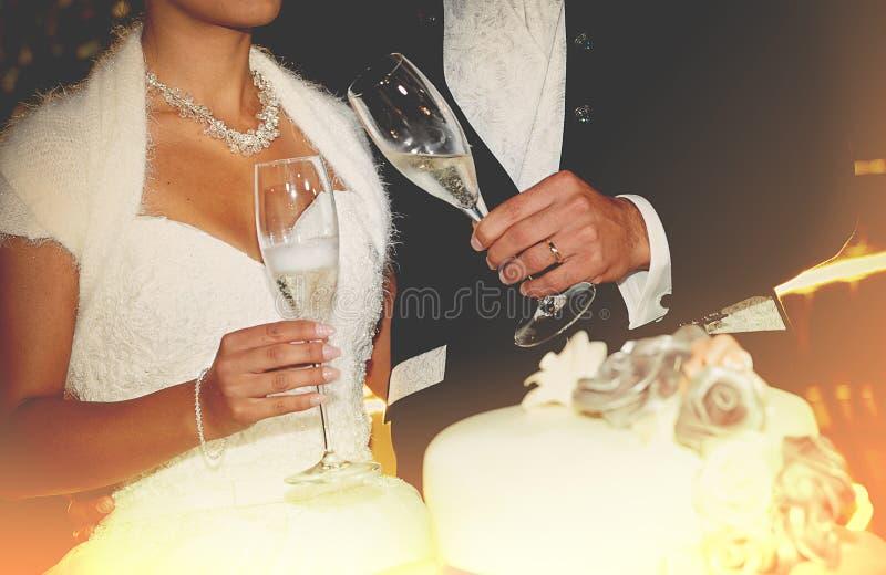 Giovani coppie felici della persona appena sposata che tostano champagne fotografie stock