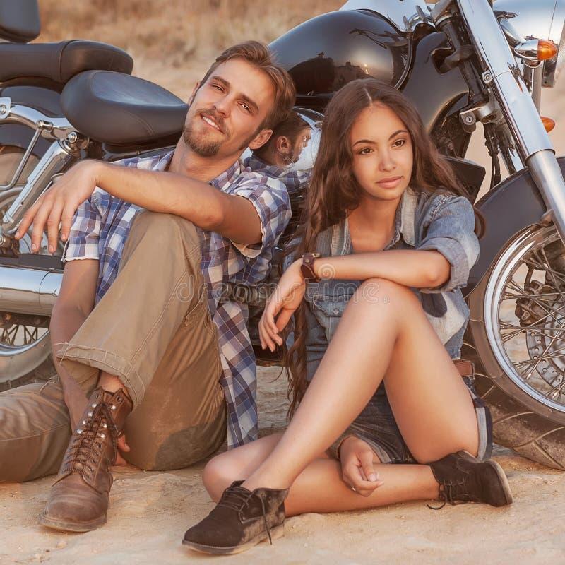 Giovani coppie felici di amore immagini stock