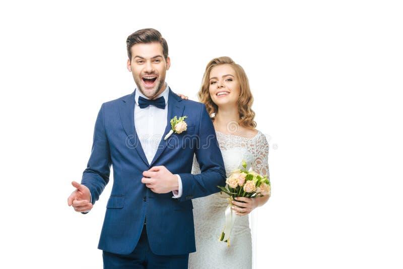 Giovani coppie felici di nozze isolate su bianco immagini stock