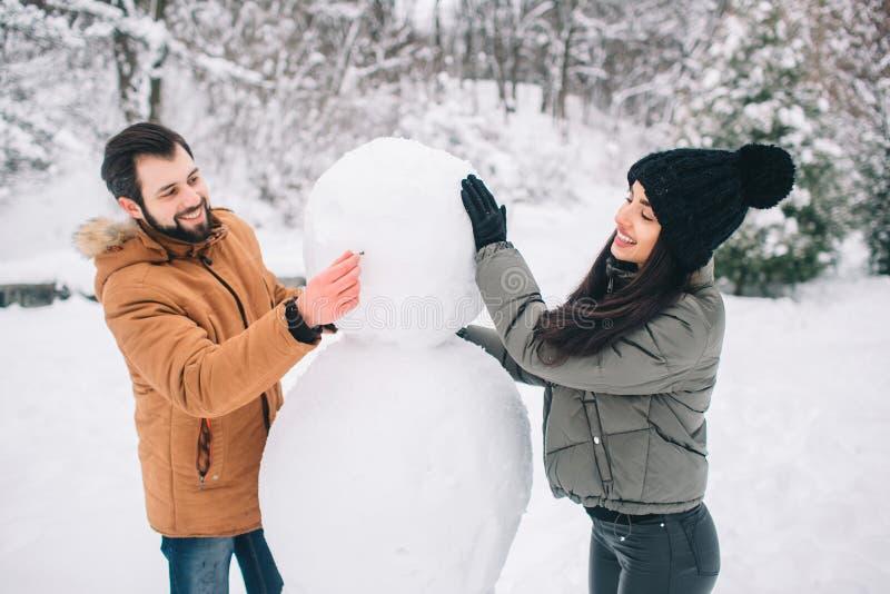 Giovani coppie felici in inverno Famiglia all'aperto uomo e donna che sembrano ascendenti e ridere Amore, divertimento, stagione  fotografia stock libera da diritti