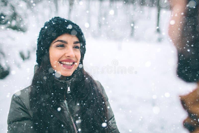 Giovani coppie felici in inverno Famiglia all'aperto uomo e donna che sembrano ascendenti e ridere Amore, divertimento, stagione  immagini stock
