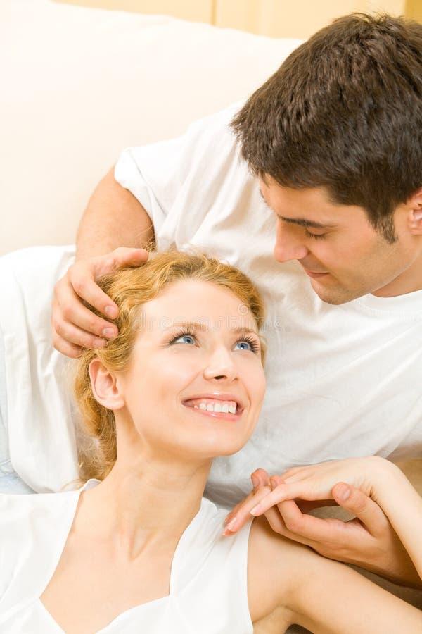 Giovani coppie felici nel paese fotografia stock libera da diritti
