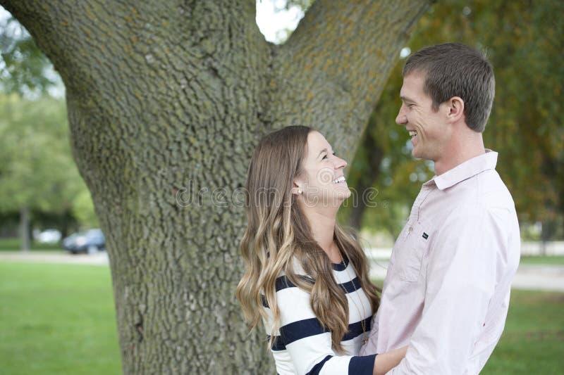 Giovani coppie felici nell'amore fotografia stock libera da diritti