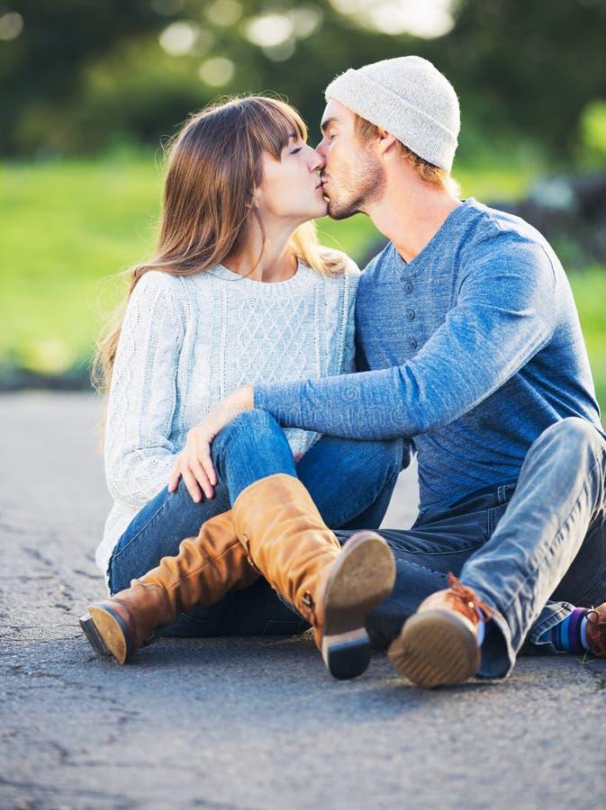 Giovani coppie felici nell'amore fotografie stock libere da diritti