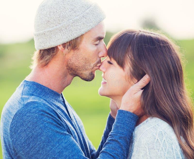 Giovani coppie felici nell'amore fotografie stock