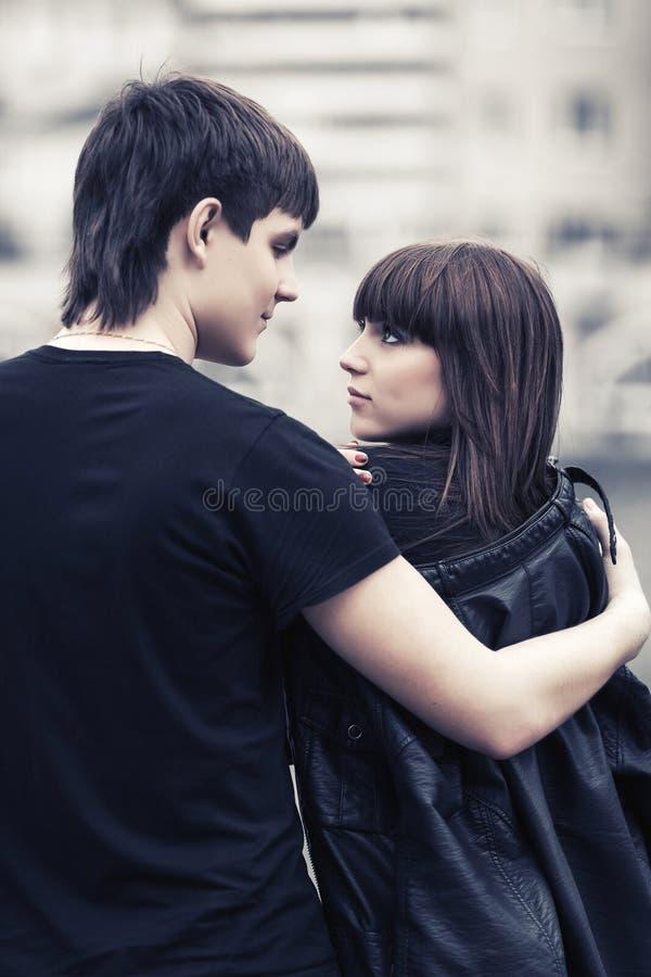 Giovani coppie felici nell'amore che cammina in via della città fotografia stock libera da diritti