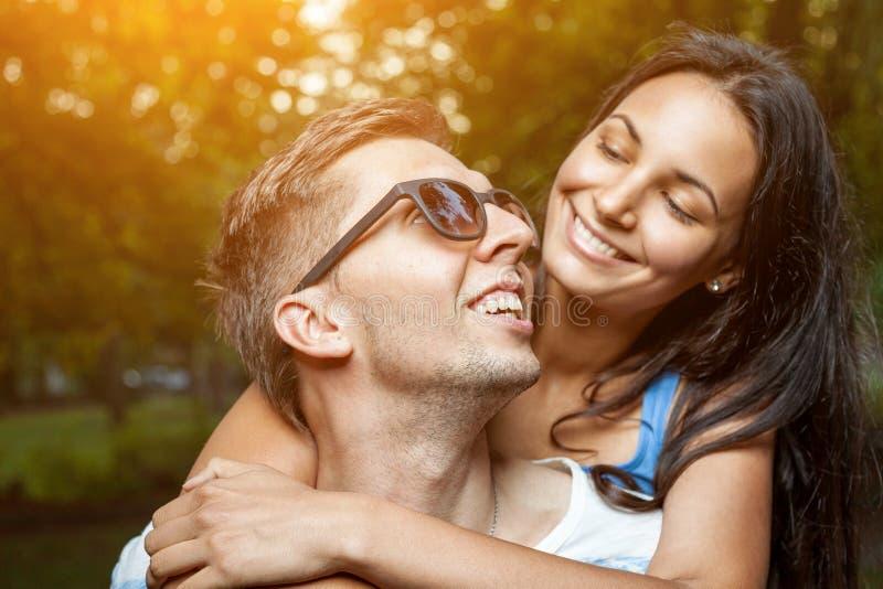Giovani coppie felici nell'amore che si diverte immagine stock