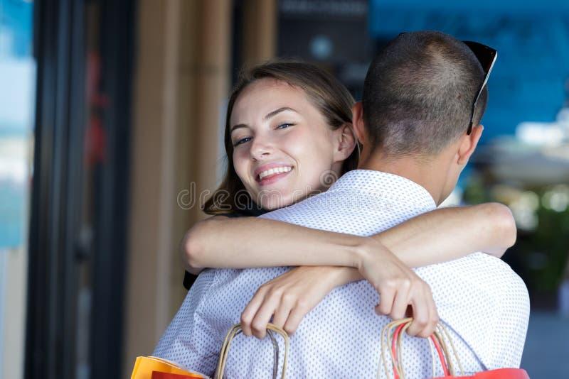 Giovani coppie felici sparate che abbracciano all'aperto fotografia stock libera da diritti