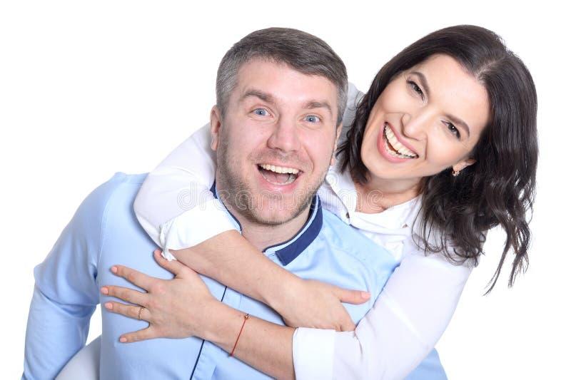 Giovani coppie felici su un fondo bianco fotografie stock libere da diritti