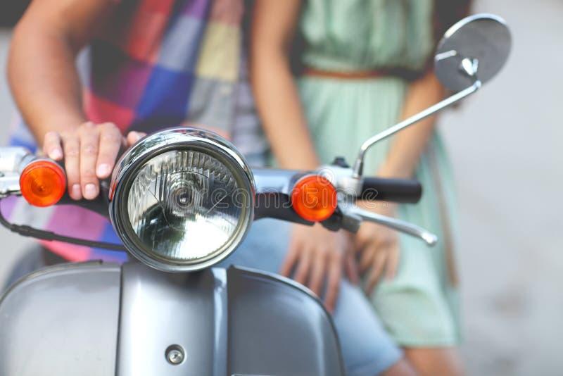 Giovani coppie felici vicino al vecchio retro motorino immagini stock